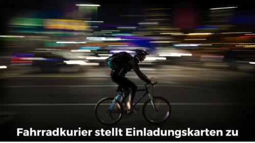 Fahrradkurier stellt Einladungskarten zu